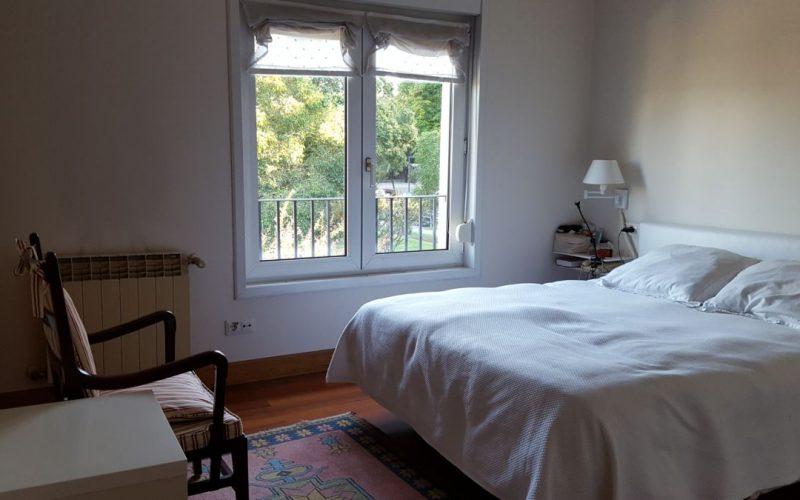 Dormitorio principal con vistas y baño incorporado