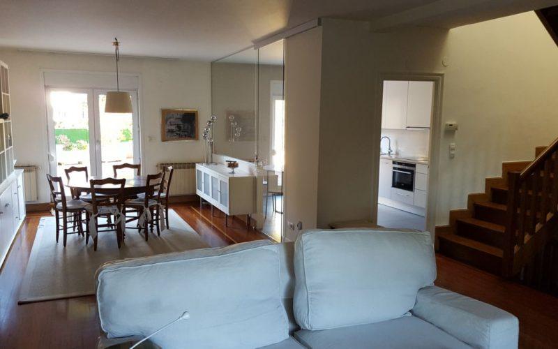 Salón con chimeneta, zona de comedor y cocina