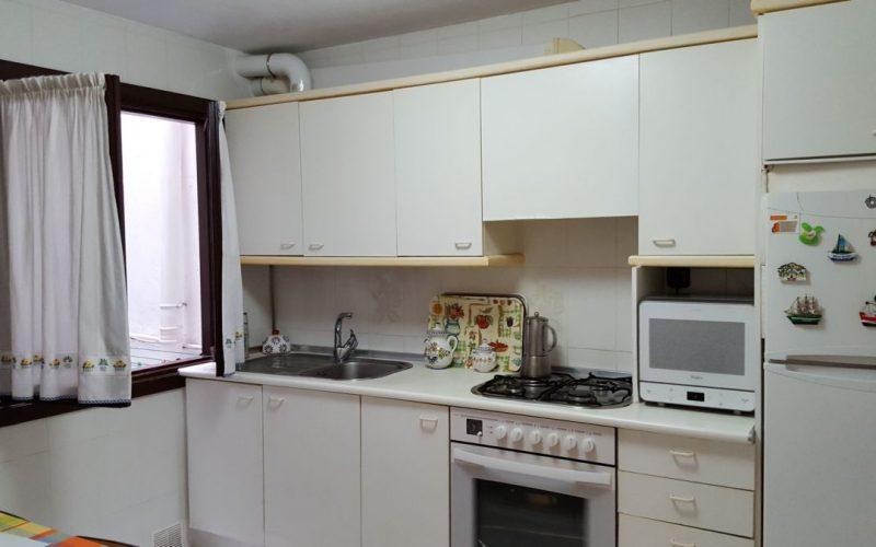 Nagusia 7, cocina con ventana a patio y armario para lavadora