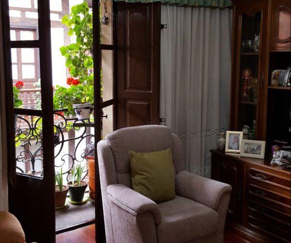 Nagusia 7, sala con salida a balcón a c/ Mayor (bis)